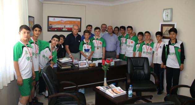Şampiyon Olan Öğrencilermiz Fidan Eğitim Kurumları Başkanı M. Necati Gürsöz'ü Makamında Ziyaret Etti